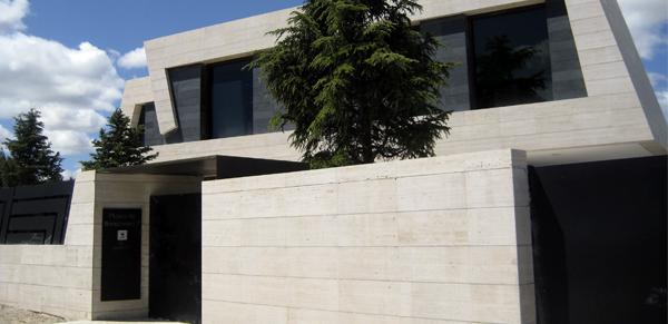 Fachada ventilada en piedra natural la piel del edificio for Marmol travertino gris
