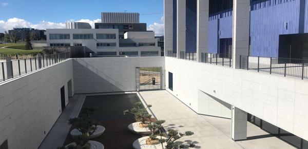 granito-blanco-berrocal-fachada-ventilada-universidad-navarra-naturpiedra-jbernardos12
