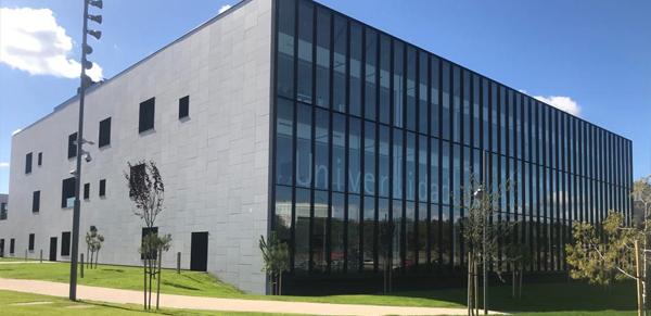 granito-blanco-berrocal-fachada-ventilada-universidad-navarra-naturpiedra-jbernardos14