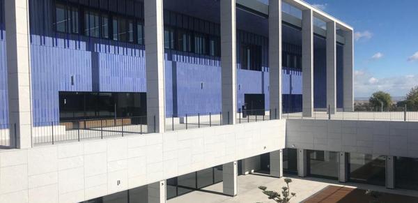 granito-blanco-berrocal-fachada-ventilada-universidad-navarra-naturpiedra-jbernardos15