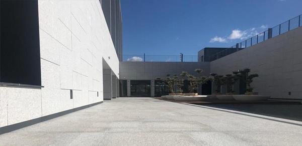 granito-blanco-berrocal-fachada-ventilada-universidad-navarra-naturpiedra-jbernardos17
