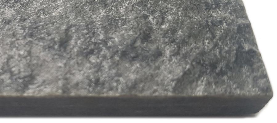 piedra dura y robusta con una superficie gris oscuro, ligeramente ondulada y alto contenido en Mica.